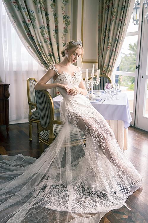 Váy đuôi cá dành cho cô dâu có vóc dáng đồng hồ cát, làm nổi bật ưu thế số đo hình thể. Mẫu đầm giúp cô dâu khoe xương quai xanh, nhấn ở eo thon.