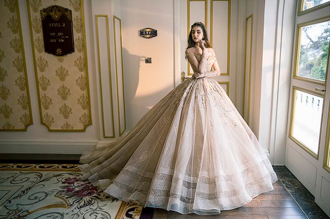 Váy xòe bồng là sự lựa chọn không thể không nhắc đến khi cô dâu tìm chiếc váy cưới trong mơ. Mẫu đầm được xử lý kết hợp đa dạng chất liệu ở thân dưới, tạo điểm nhấn cho viền váy.