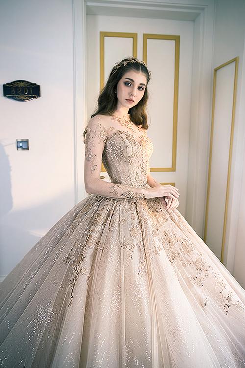 Đặc trưng trong thiết kế của Anh Thư là váy cưới tinh xảo, họa tiết đính đá mang âm hưởng châu Âu, tạo nên dáng vẻ sang trọng, quý phái cho người diện.