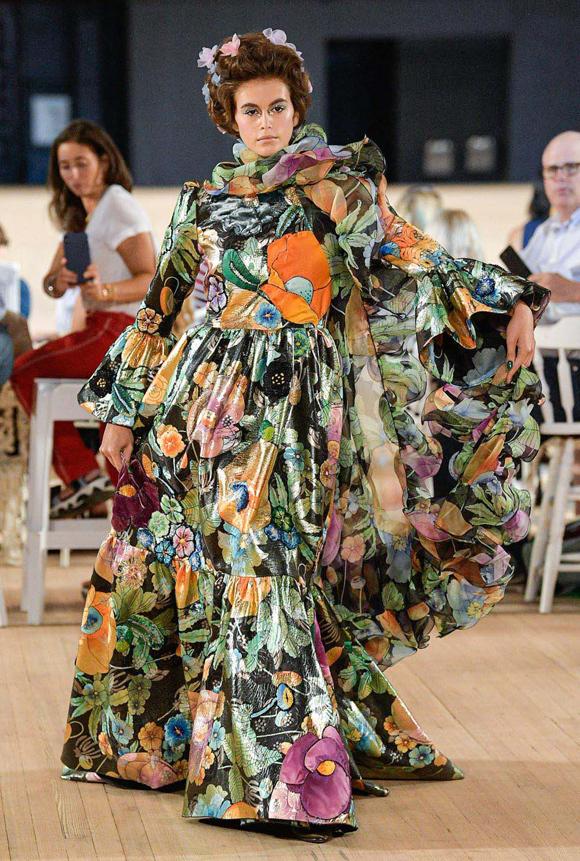 Nhan sắc 18 tuổi Kaia Gerber cũng góp mặt trong dàn mẫu. Cô nổi bật như một bó hoa rực rỡ với bộ đầm maxi họa tiết bản lớn.