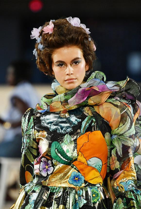 Mới chỉ có hai năm kinh nghiệm catwalk chuyên nghiệp nhưng con gái cựu siêu mẫu Cindy Crawford đã được ghi nhận là một trong những chân dài hàng đầu thế giới.