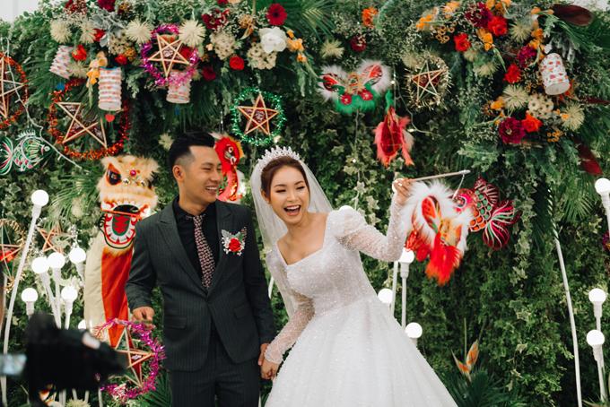 Tại tiệc cưới, uyên ương tiếp tụcgợi nhắc về Trung thu xưa với lồng đèn giấy, các loại đèn xếp, chiếc đèn ông sao, đầu lân, cá chép...