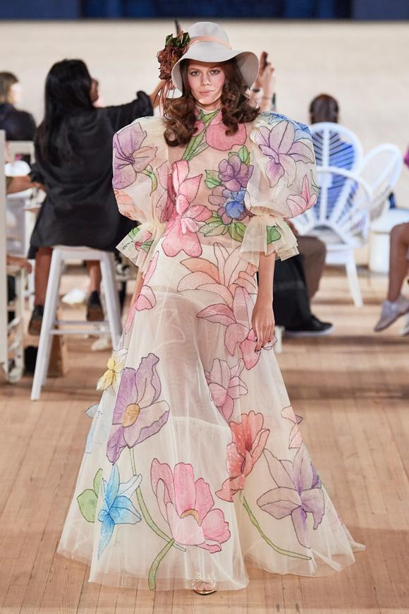 Bộ sưu tập Xuân hè 2020 của Marc Jacobs gồm những thiết kế vui nhộn, đầy màu sắc, đưa tính ứng dụng hòa trộn cùng tính nghệ thuật và cảm quan cá nhân của tác giả.