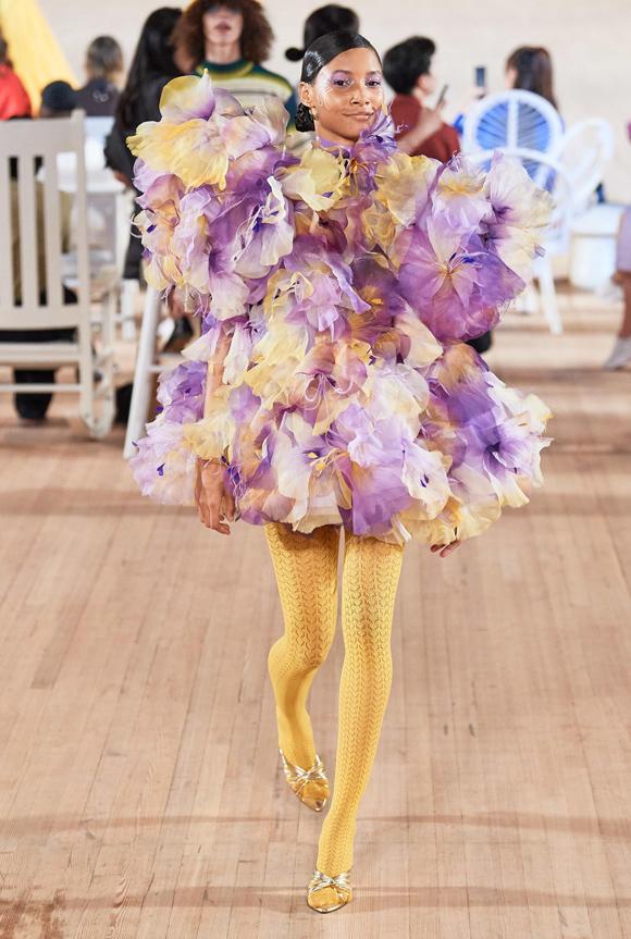 Bên cạnh loạt trang phục dễ mặc trong đời sống thường ngày, Marc Jacobs còn giới thiệu những tác phẩm mang tính phá cách, thể hiện khả năng dựng phom cũng như gu thẩm mỹ riêng biệt.