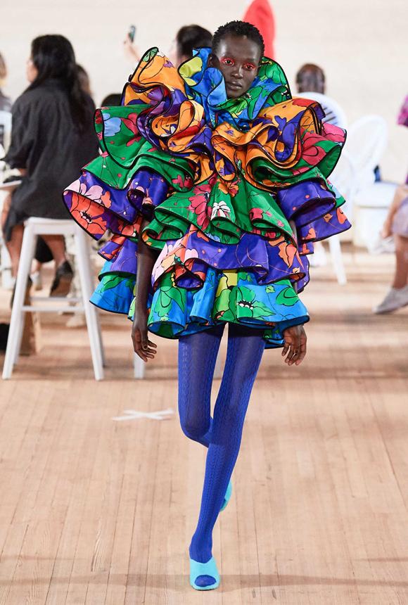 Gigi Hadid chân trần catwalk - 9