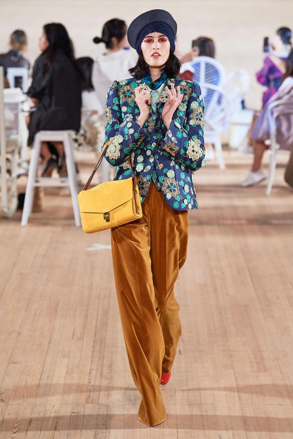 Blazer họa tiết và quần ống suông cạp cao - hai kiểu đồ vốn quen thuộc với các quý cô thành thị - bỗng trở nên ấn tượng hơn qua bàn tay sáng tạo của nhà thiết kế 56 tuổi.