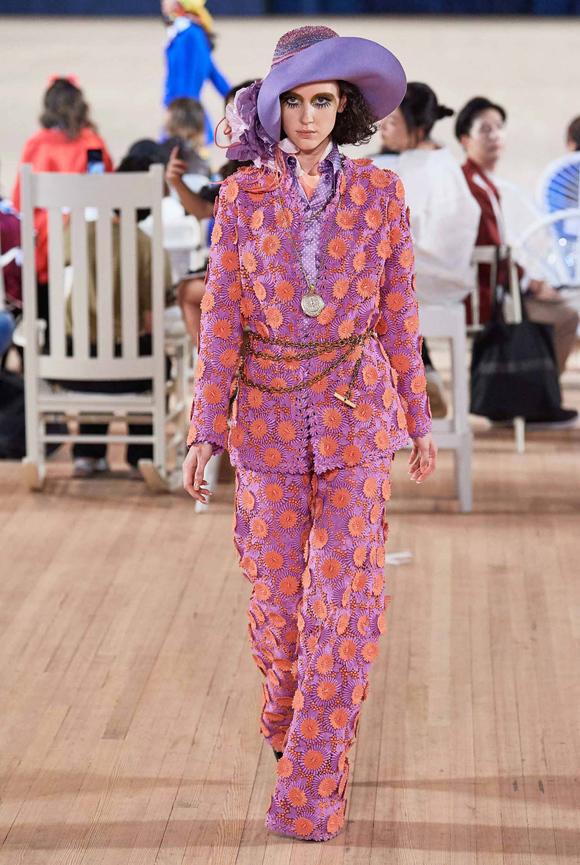 Cách đắp họa tiết nổi trên bề mặt vải, nhấn nhá đai lưng dạng xích layer và phối kèm mũ rộng vành tạo nên phong cách độc đáo.
