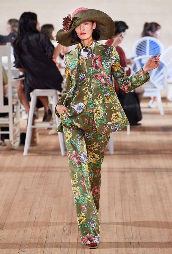 Mỗi món đồ từ bộ suit đều có thể tách riêng để kết hợp cùng trang phục khác và đóng vai trò điểm nhấn trên tổng thể ấy.