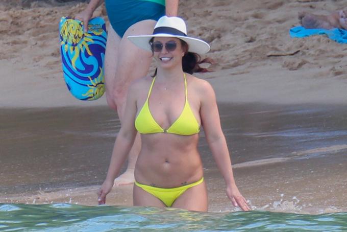 Tuy nhiên, gạt bỏ muộn phiền, Britney chạy trốn đến Hawaii để nghỉ ngơi. Bà mẹ hai con có tâm trạng rất thoải mái khi về với biển.