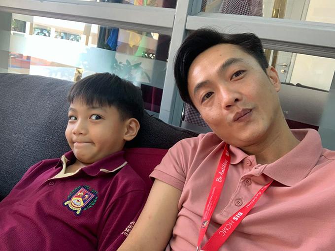 Cường Đôla chụp ảnh selfie nhân dịp đi họp phụ huynh đầu năm cho con. Bé Subeo mới học lớp 5 nhưng đã lớn phổng phao, sắp cao bằng bố. Anh thấy mình và con ngày càng giống hai anh em rồi.