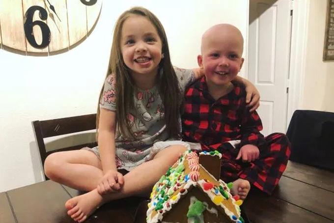Aubrey và em trai Backett chơi đùa tại nhà. Ảnh: The Sun.