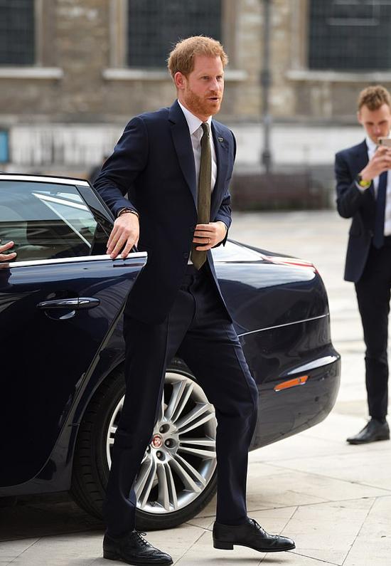 Hoàng tử Harry học theo vợ tự đóng cửa xe