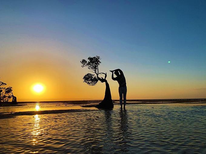 MC Nguyên Khang chụp ảnh giữa khung cảnh đẹp nên thơ khi ngắm hoàng hôn ở bãi biển Walakiri (Indonesia).