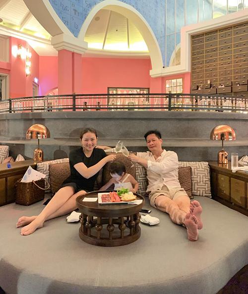 Phan Như Thảo cho biết, mỗi lần vợ chồng đi ngủ thì con gái đều chen vào giữa nằm.