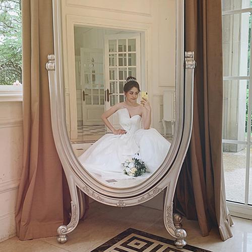 Á hậu Phương Nga diện váy cưới chụp ảnh để lấy lại tinh thần làm việc, fan liền triệu hồi diễn viên Bình An giục đám cưới gấp.