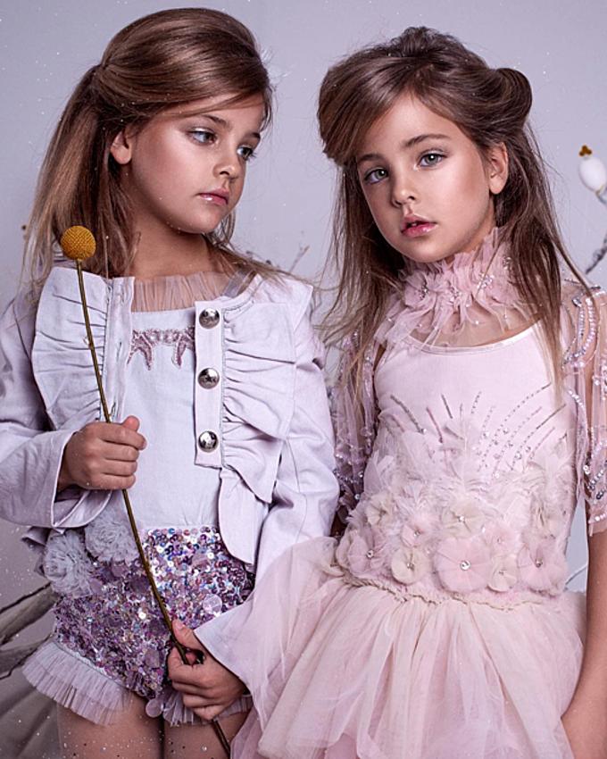 Thời gian đầu cả hai mới làm người mẫu, mẹ của các bé thường chụp ảnh cho con bằng chiếc máy ảnh và điện thoại di động cũ. Còn hiện tại, công việc này được thực hiện bởi các nhiếp ảnh gia chuyên nghiệp.