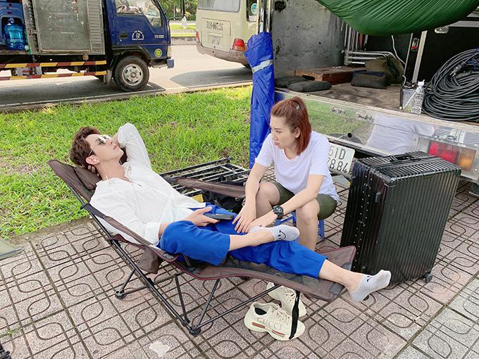 Thúy Ngân than thở: On set một ngày rất đẹp.Tưởng được làm diễn viên ai ngờ làm trợ lý cho trai đẹp Song Luân.