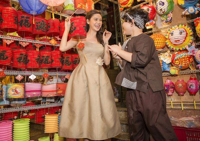 [Caption] Đối với Trương Quỳnh Anh, Trung thu hàng năm luôn là một dịp lễ văn hóa quan trọng và không thể bỏ qua trong đời sống tinh thần của người Việt Nam, đặc biệt là với những đứa trẻ. Bản thân nữ nghệ sĩ cũng từng trải qua nhiều mùa trăng trung thu cực kỳ đáng nhớ bên người thân, bạn bè khi còn nhỏ, được tận hưởng cảm giác cầm chiếc lồng đèn tung tăng đi ngắm trăng, háo hức, vui vẻ. Chính vì vậy, Trương Quỳnh Anh cũng mong con trai của mình có thể lớn lên với những kỷ niệm ấy, cảm giác ấy, để hiểu rằng Trung thu là mùa đoàn viên quý giá, và dịp để người ta luôn trân trọng những khoảnh khắc vui vẻ bên gia đình mình.