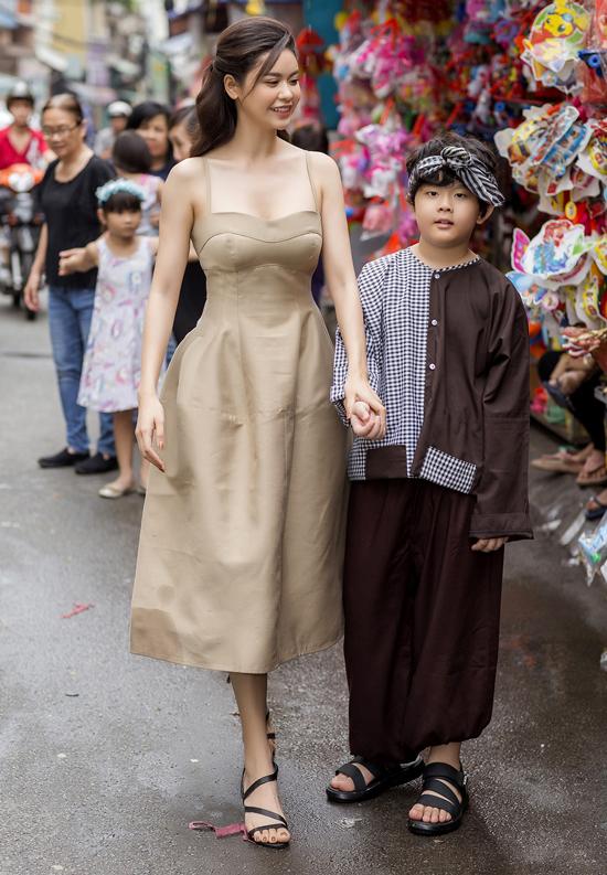 Trương Quỳnh Anh cho con trai hóa trang thành chú Cuội xuống phố Sài Gòn.