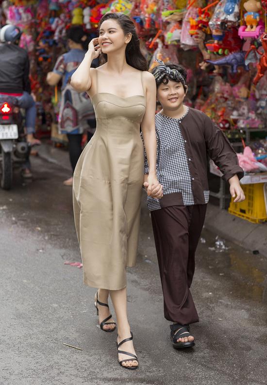 Mẹ con nữ diễn viên nắm tay nhau dạo chơi trên con đường bày bán đủ loại đèn lồng ở quận 5.