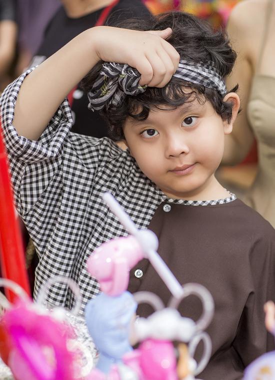 Như mọi trẻ nhỏ khác, con trai Trương Quỳnh Anh rất thích Tết Trung thu. Cậu bé vui vì được mẹ dành cả ngày đưa đi chơi.