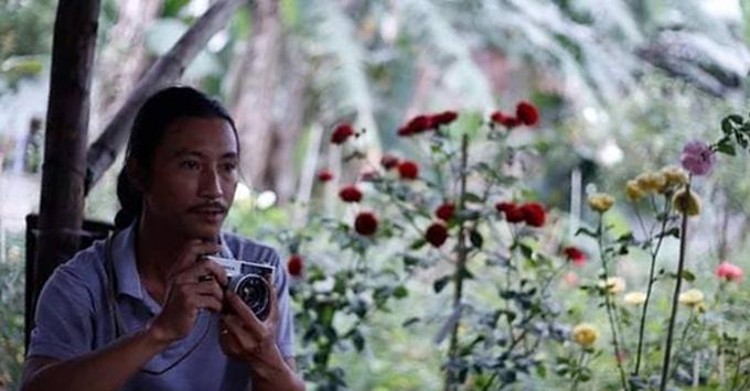 Yêu vẻ quyến rũ, hương thơm ngào ngạt của hoa hồng, anh Huy Tuân (họa sĩ, sinh năm 1981, Hòa Minh, Liên Chiểu, Đà Nẵng) đã quyết định thử trồng loài hoa được coi là khó tính, khó chiều này.