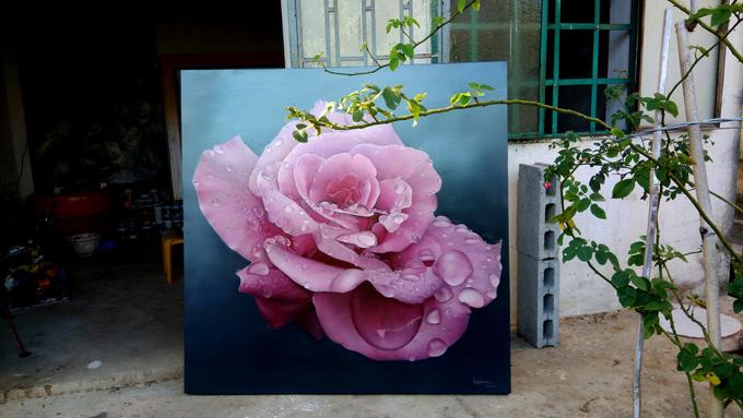 Không để sắc đẹp của hoa bị úa tàn theo thời gian, anh Tuân đã ghi lại những khoảng khắc nở rộ của đóa hồng vào trong tranh. Họa sĩ Đà Nẵng thích nhất là hình ảnh đóa hoa buổi sớm mai đón lấy tia nắng của buổi bình minh. Cả khu vườn thật tươi mới, rực rỡ. Lúc ấy, tôi có thể cảm nhận được trọn vẹn vẻ trong trẻo, tinh khiết của hoa.