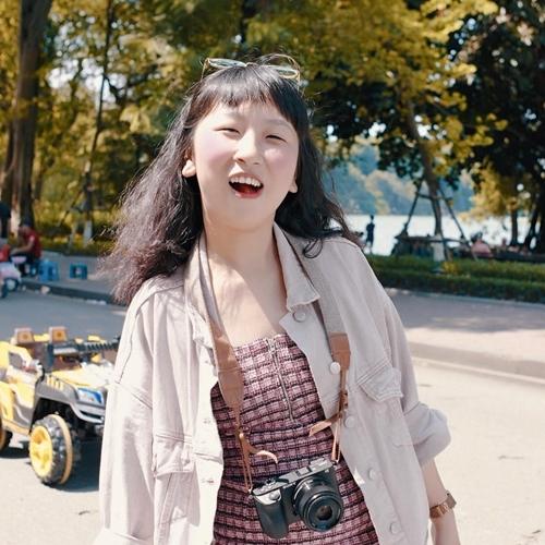 Diễn viên 9x Trang Hý chọn cho mình phong cách thời trang năng động, make-up nhẹ nhàng, tự nhiên.