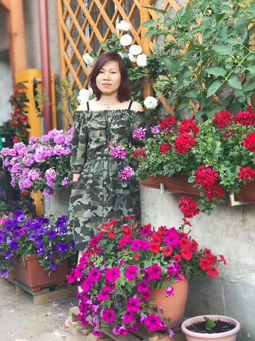 Sau những ngày đông lạnh giá, xung quanh ngôi nhà của vợ chồng chị Phạm Nga ở Czech chỗ nào cũng được điểm tô thêm nhiều màu sắc của những chậu hoa dạ yến thảo, cẩm tú cầu, hoa hồng hay sen đá... Không gian sống gần gũi với thiên nhiên này là thành quả của hai vợ chồng chị chăm chút mỗi ngày.