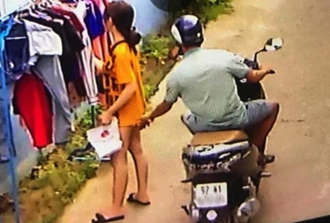 Người đàn ông sàm sỡ cô gái được hình ảnh camera ghi lại. Ảnh: Cắt clip chị Xuân cung cấp.