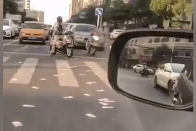 Giao thông bị tắt nghẽn vì nhiều người dừng xe nhặt tiền. Ảnh: SCMP.