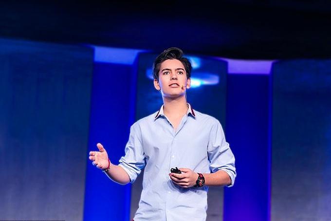 Jenk Oz diễn thuyết trước các bạn thiếu niên ở Dubai vào năm ngoái. Ảnh: Instagram.