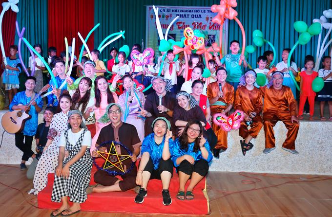 Nhiều nghệ sĩ trẻ từ TP HCM về Sóc Trăng ủng hộ chương trình từ thiện của Hồ Lệ Thu.