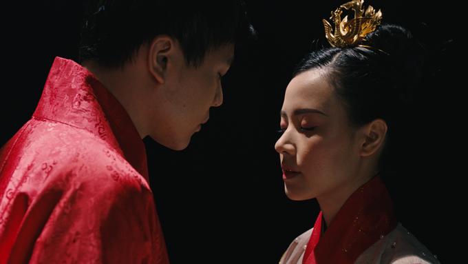 Trịnh Thăng Bình và Midu trong một cảnh phim cổ trang.