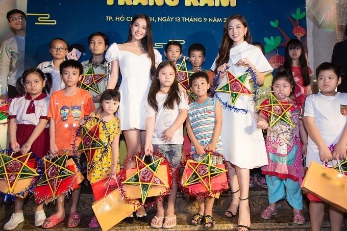 Các người đẹp trao tặng 60 phần quà đến các em nhỏ có hoàn cảnh khó khăn trên địa bàn TP HCM.
