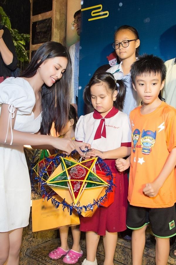 Nhân dịp Trung thu, Tiểu Vy đại diện ban tổ chức trao thêm lồng đèn cho các em.