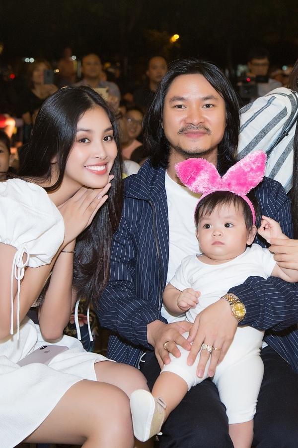 Đạo diễn Hoàng Nhật Nam bế theo con gái Annie đến theo dõi chương trình.
