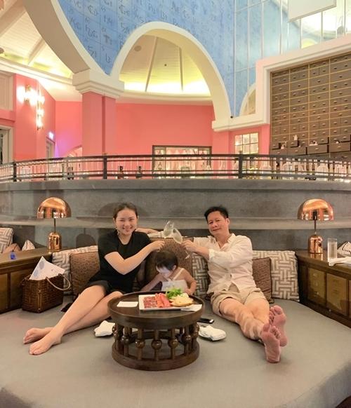 Cả gia đình Như Thảo thưởng thức bữa tối với thực đơn ít béo ngay trong khách sạn, sau đó đi dạo rồi về phòng thư giãn.