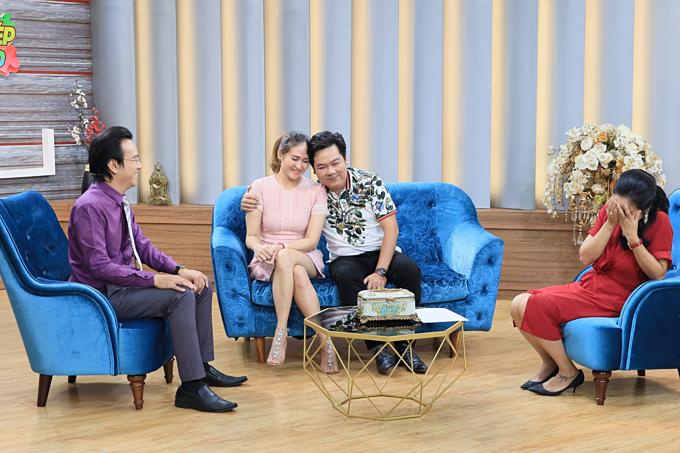 Vợ chồng đạo diễn Chánh Trực tham gia talkshow dành cho các cặp đôi kể lại hành trình xây dựng hạnh phúc với tiến sĩ tâm lý Đào Lê Hòa An (áo tím) và MC Ốc Thanh Vân (áo đỏ). Chương trình được phát sónglúc 21h35 hôm nayngày 15/09trên VTV9.