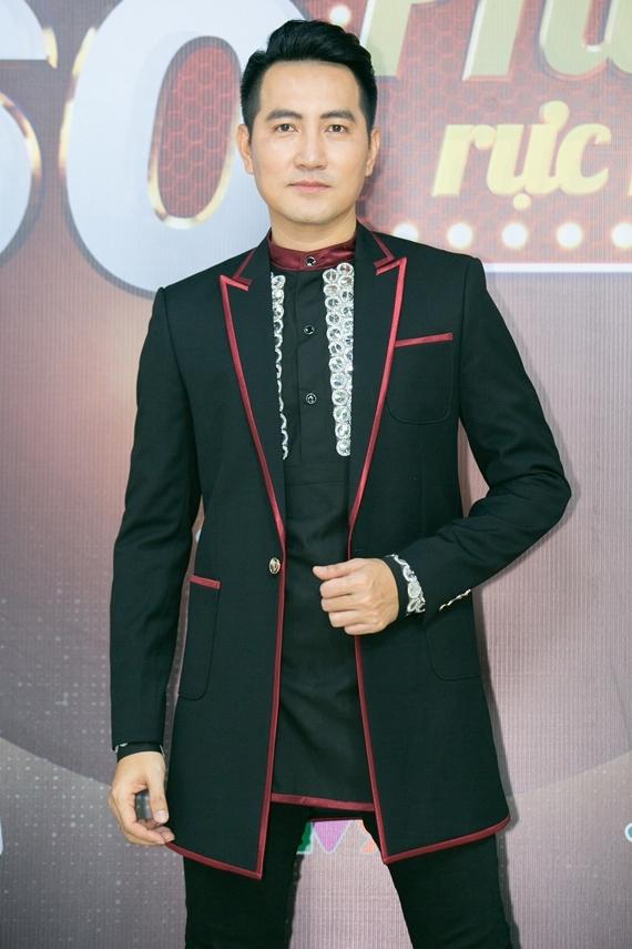 Ca sĩ Nguyễn Phi Hùng trong chương trình 60 phút rực rỡ.