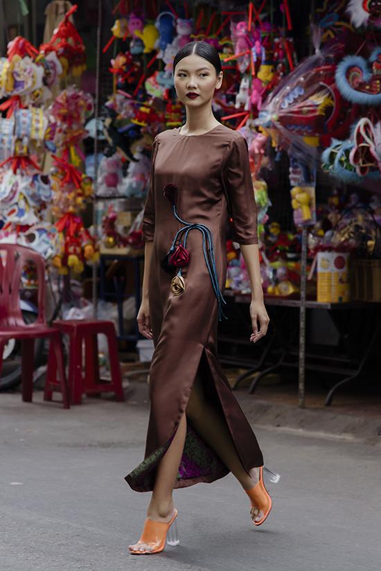 Ở bộ sưu tập Pre-Fall 2019, nhà mốttiếp tục tôn vinh vẻ đẹp của người phụ nữ Á đông chốn thành thị thông qua những thiết kế váy lụa.