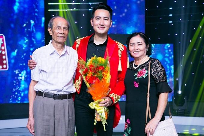 Bố mẹ đến ủng hộ Nguyễn Phi Hùng.