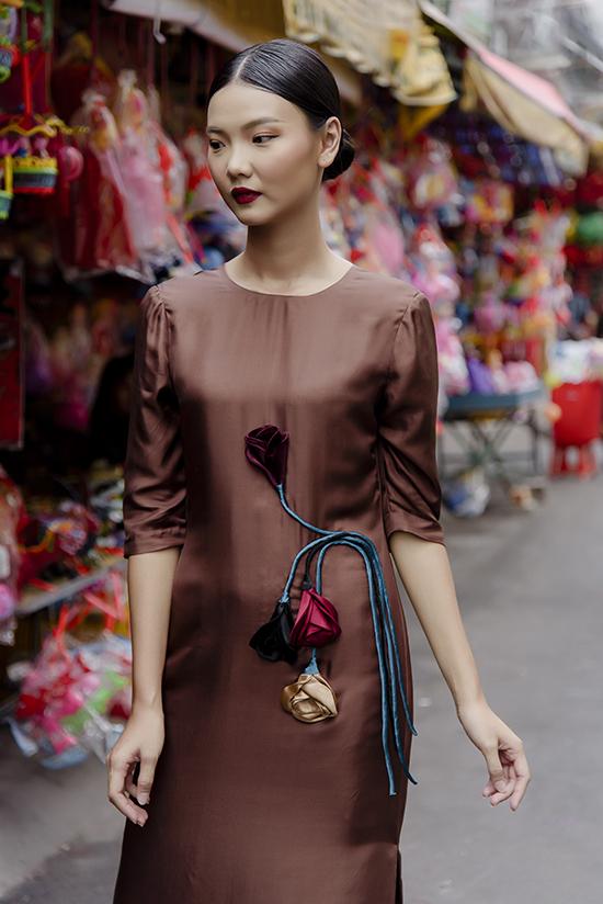 Nữ thiết kế chia sẻ, các mẫu váy ngắn và suông dài có kiểu dáng đơn giản nhưng vẫn nổi bật nhờ chi tiết đính hoạ tiết hoa 3D, lông vũ hay những đường cắt xẻ tinh tế để làm nổi bật vẻ đẹp của phái nữ.