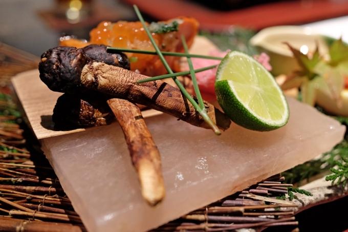 Nấm thông được chế biến trong nhà hàng cao cấp ở Nhật.