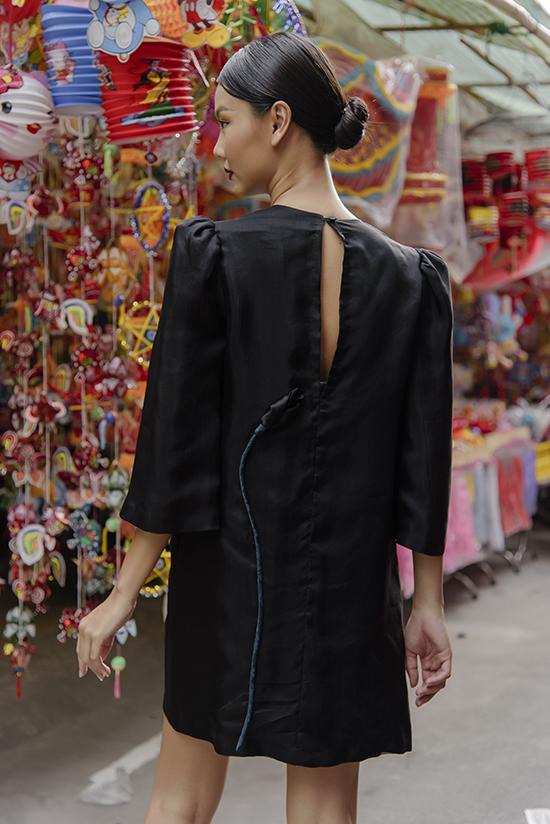 Phố xá rực rỡ sắc màu được chọn làm bối cảnh để giúp các thiết kế váy lụa đơn sắc, tông trầm trở nên nổi bật.