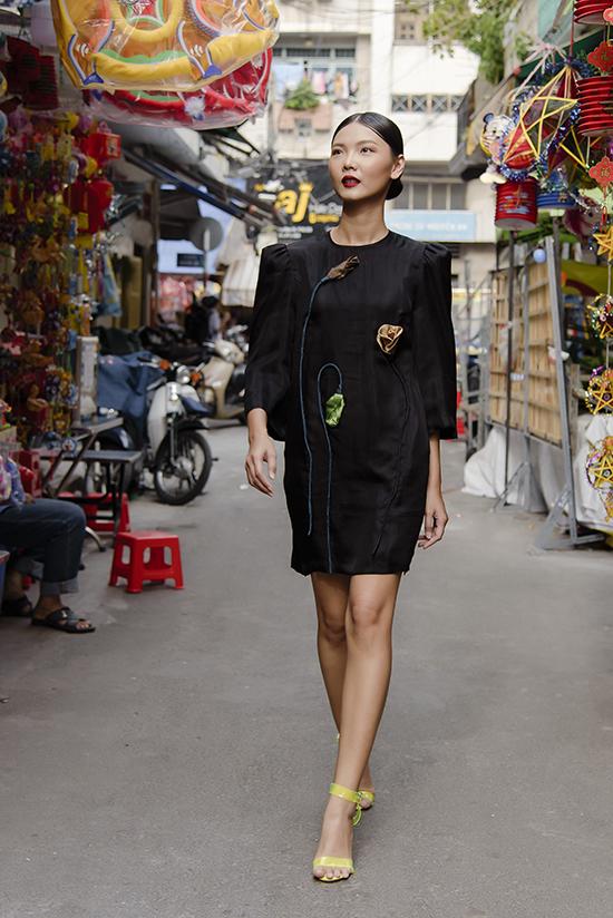 Kỹ thuật xếp vải tỉ mỉ được áp dụng để mang đến tạo hình những bông hoa 3D bắt mắt trên từng thân váy lụa.