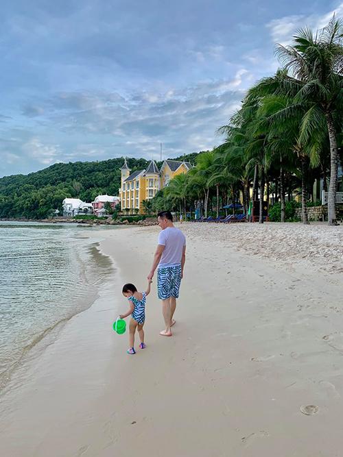 Suốt 5 ngày nghỉ dưỡng tại resort cao cấp ở Phú Quốc, Phan Như Thảo chẳng được chăm con vì ông xã giành hết phần việc này. Cô chia sẻ bé Bồ Câu dính bố không rời cả khi ở nhà lẫn lúc đi chơi. Đại gia Đức An vào phòng tắm bé cũng chạy theo và ngồi bên cạnh.