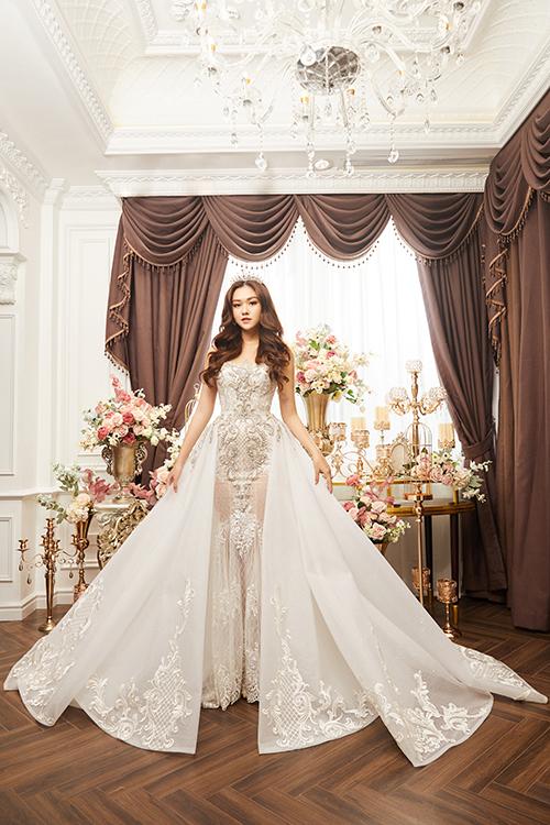 Váy đuôi cá có tùng bắt đầu từ ngang hông, theo xu hướng thời trang cưới hiện đại, giúp cô dâu dễ di chuyển.