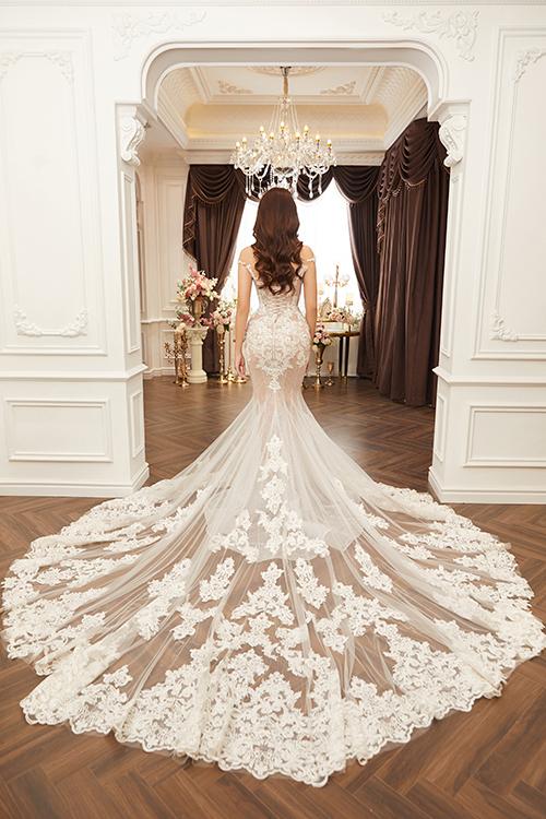 Đuôi váy dài, giúp cô dâu có được vẻ thướt tha khi sải bước trong lễ đường.