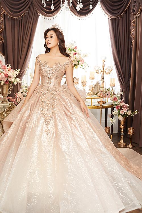 Để giúp cô dâu trở thành tâm điểm trong ngày trọng đại, NTK tạo điểm nhấn cho bộ cánh với chi tiết đính kết bắt mắt, tay áo, chân váy bồng bềnh.